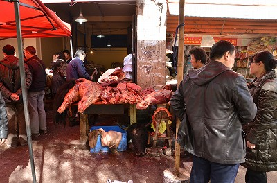 053切り落とされた牛の首が転がっていたり、腰から下の部分が塊で売られていた。