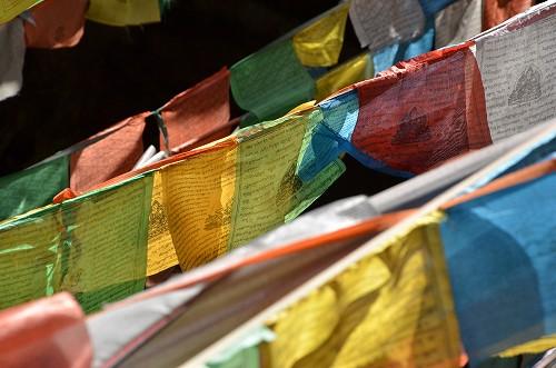 111チベット族がいる地域には、いろんな所にこの旗が掛けられていた。