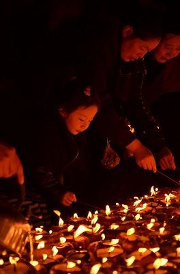 065子供から大人まで、みんなでロウソクに火を点けていた。7781, 8597