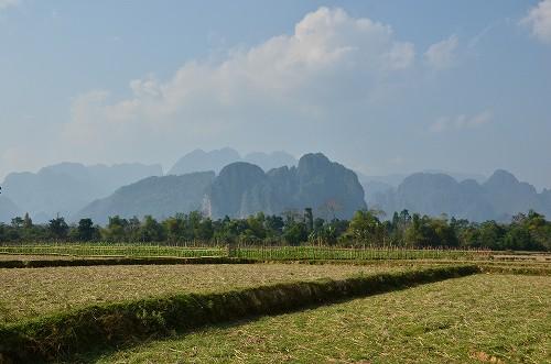 050バン 畑の向こう側には大きな岩山が!