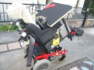 *車椅子に机が付いたよ~*