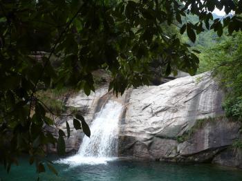 137黄山ふもとの滝