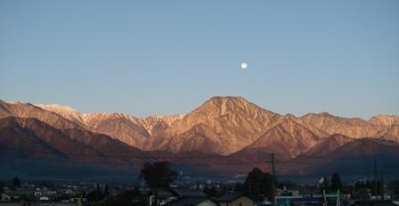 満月と有明山