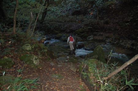 湯川を渡る4