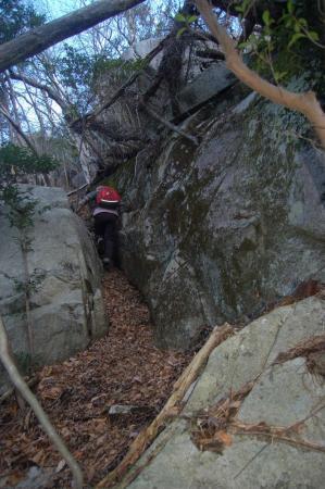 14岩の間を抜け