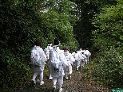 白装束参拝者