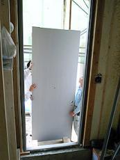 玄関ドアの搬入