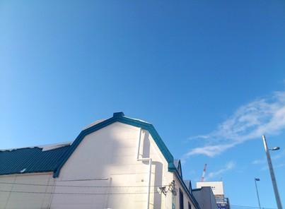 青い屋根と青空