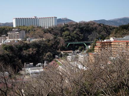 高台から熱川温泉を見下ろせば・・・電車発見!