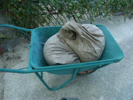 堆肥を土嚢袋で保管