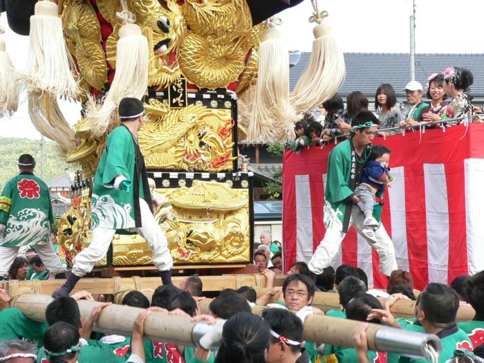八幡神社奉納かきくらべに向かう浮島太鼓台