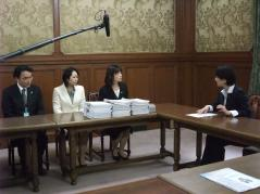 p青木愛副幹事長へ請願署名提出