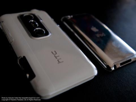 透明なスマホケースを装着したhtc EVO 3DとiPodtouch4th