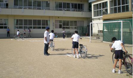 田上小・5年と6年生による自転車安全訓練
