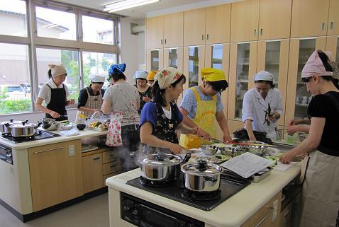 わいわいガヤガヤ・楽しい料理教室です・・・