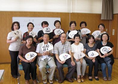 出来上がった作品を手に中山先生と記念写真