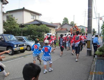 大学生も参加した賑やかで活気ある祭りでした…