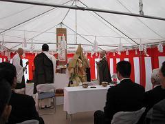 佛子園理事長らの手により仏式の起工式が・・・