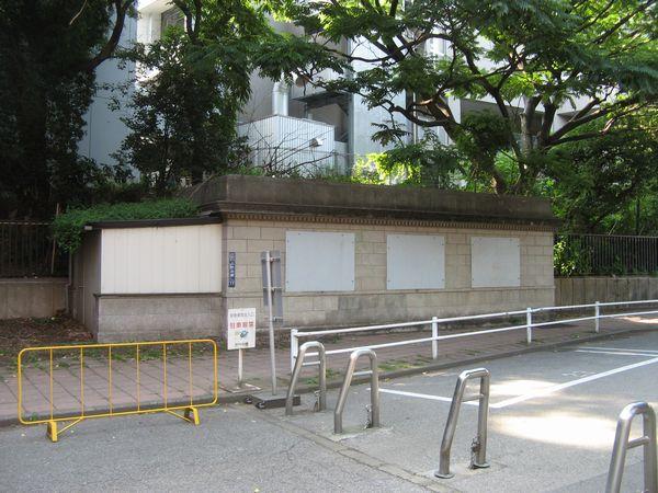 昭和40年代に上野動物園の入場口が移転したため廃止された駅出入口。目張りした上で物置として使用されている。