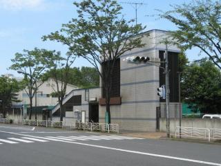 京葉線越中島駅端の換気塔と出入口。駅の反対端にも同じサイズの換気塔がある。