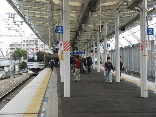 JR横須賀線の武蔵小杉駅。ここもタワーマンションの建設により混雑が激しくなったため、右側に下り列車専用のホームを増設することが決まった。